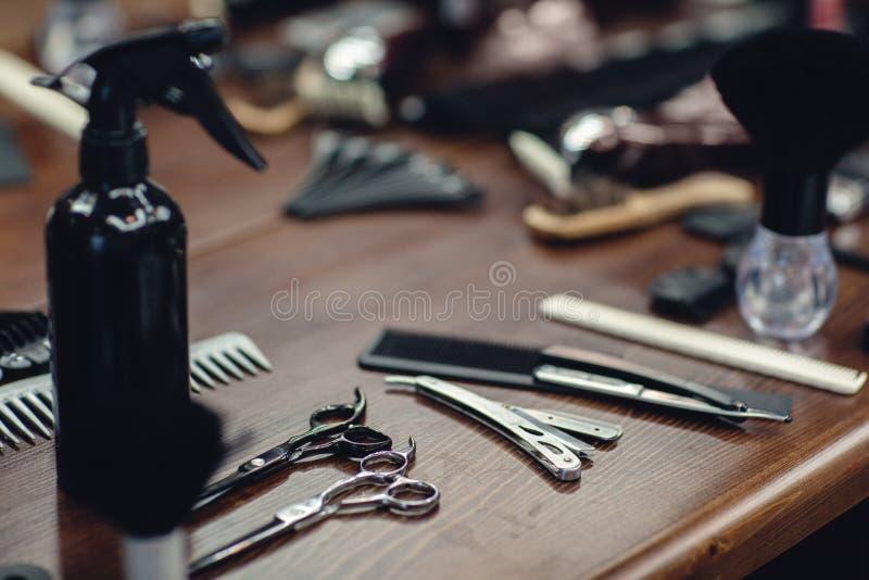 Ferramentas do barbeiro na tabela de madeira Acessórios para a rapagem e os cortes de cabelo fotos de stock
