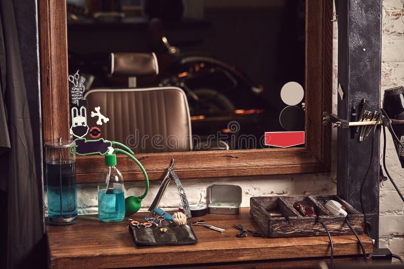 Ferramentas do barbeiro na tabela marrom de madeira Acessórios para a rapagem e os cortes de cabelo na tabela imagens de stock royalty free