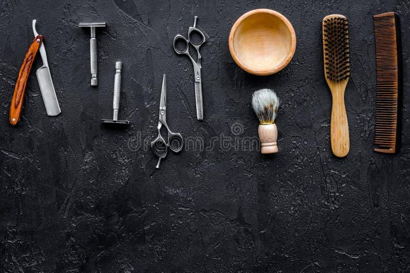 Ferramentas do barbeiro do vintage Lâmina, sciccors, escova no copyspace preto da opinião superior do fundo foto de stock royalty free