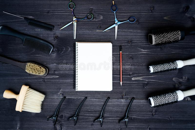 Ferramentas do cabeleireiro no fundo de madeira Cartão vazio com ferramentas do barbeiro fotografia de stock royalty free