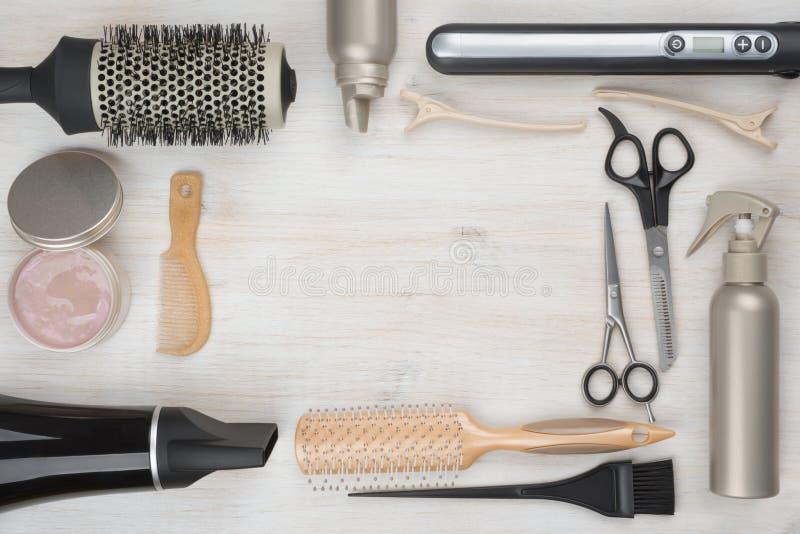 Ferramentas do cabeleireiro no fundo de madeira com copyspace no meio foto de stock royalty free