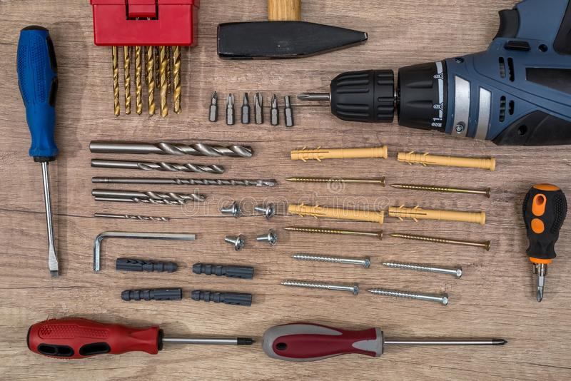 ferramentas do construtor na tabela de madeira da textura imagens de stock