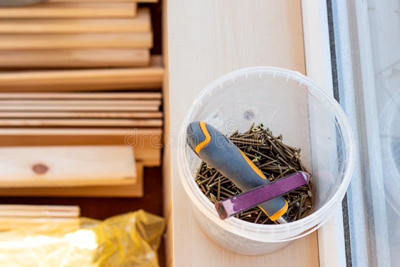 Ferramentas do edifício Repare o processo Pregos, lápis, chave de fenda, barras de madeira fotografia de stock royalty free