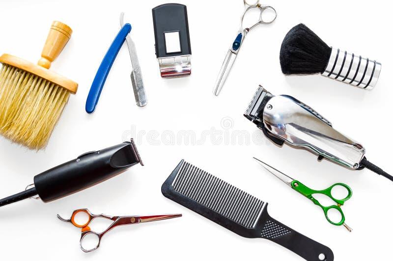 Ferramentas do equipamento da barbearia no fundo branco Ferramentas profissionais do cabeleireiro O pente, scissor, tosquiadeiras imagens de stock royalty free