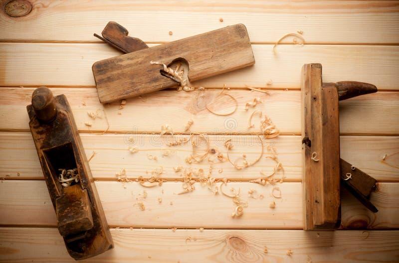 Ferramentas do marceneiro no fundo de madeira da tabela com fotografia de stock royalty free