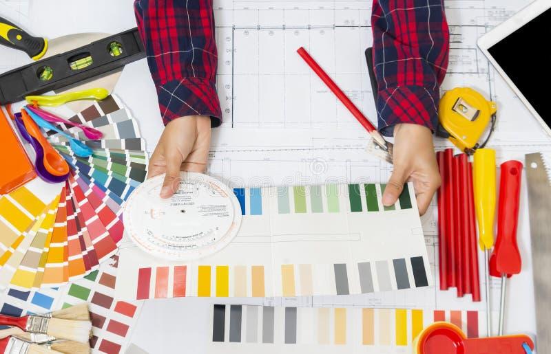 Ferramentas do trabalho do decorador, rolos de pintura e interruptor profissionais da cor imagem de stock