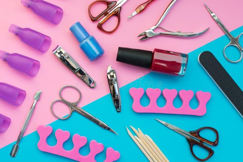 Ferramentas do tratamento de mãos em um fundo azul e cor-de-rosa imagem de stock royalty free