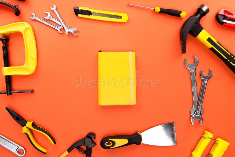 Ferramentas e caderno de Reparement foto de stock