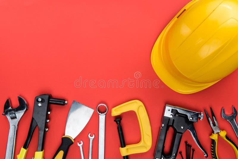 Ferramentas e capacete de segurança de Reparement fotografia de stock royalty free
