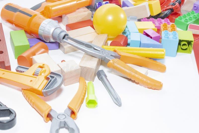Ferramentas e cubos do brinquedo em um fundo claro Brinquedo para crianças fotografia de stock royalty free