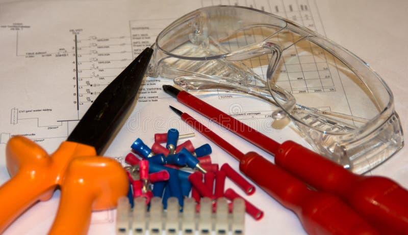 Ferramentas e equipamento da eletricidade no desenho esquemático imagens de stock