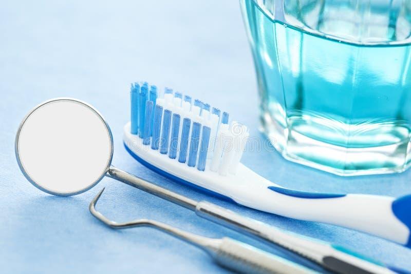Ferramentas e escova de dentes dentais fotos de stock