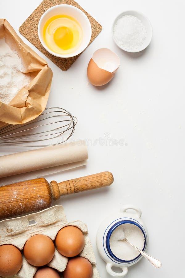 Ferramentas e ingredientes da cozinha para o bolo ou as cookies imagem de stock