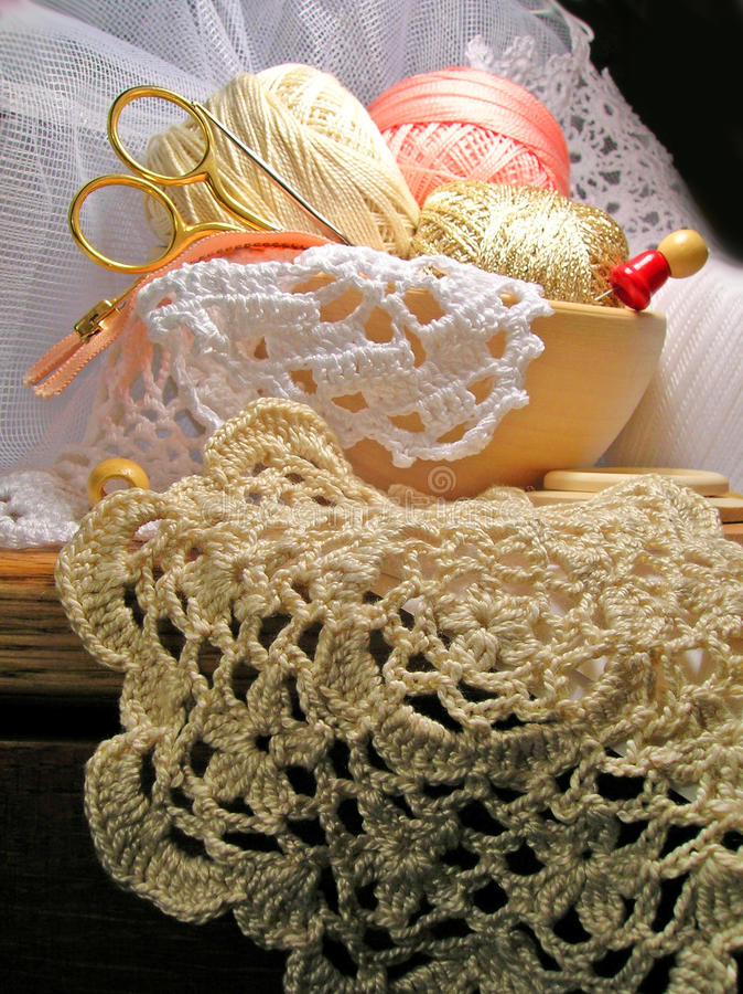Ferramentas e laço de confecção de malhas do needlework do passatempo foto de stock royalty free