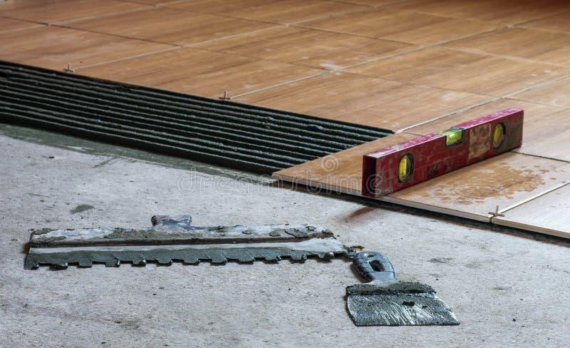Ferramentas e nível da construção para colocar da telha fotos de stock
