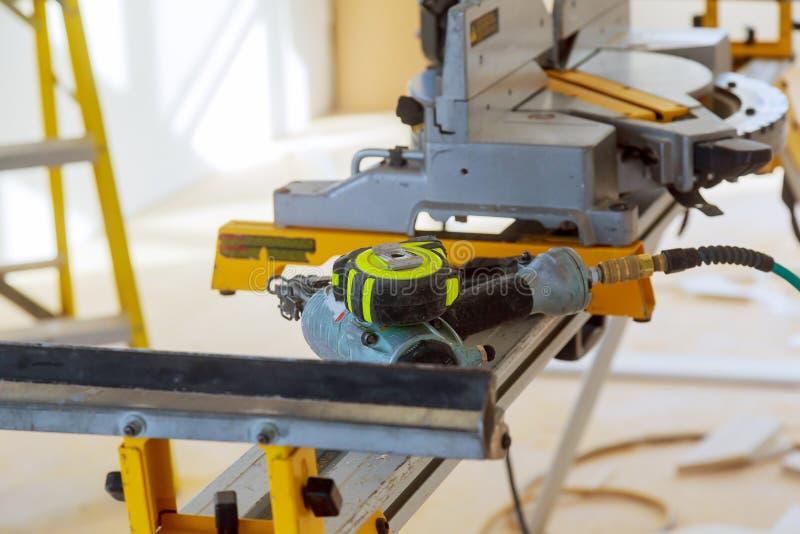 Ferramentas elétricas do canteiro de obras que cortam usando a serra circular Carpintaria de trabalho do equipamento fotografia de stock royalty free