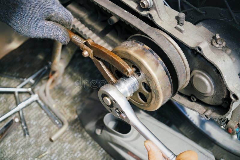 Ferramentas especiais do uso do mecânico, ferramenta de chave de chave inglesa da roda dentada do rotor do cubo da embreagem do v fotos de stock