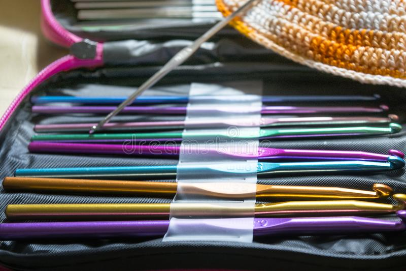 Ferramentas a fazer crochê com skein colorido para fazer um biquini foto de stock royalty free