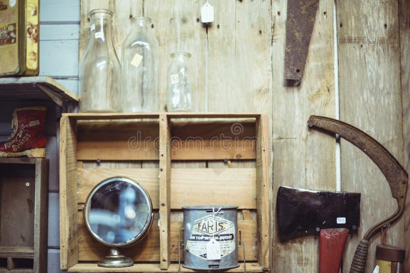 Ferramentas, garrafas e prateleira do vintage na parede de madeira fotos de stock