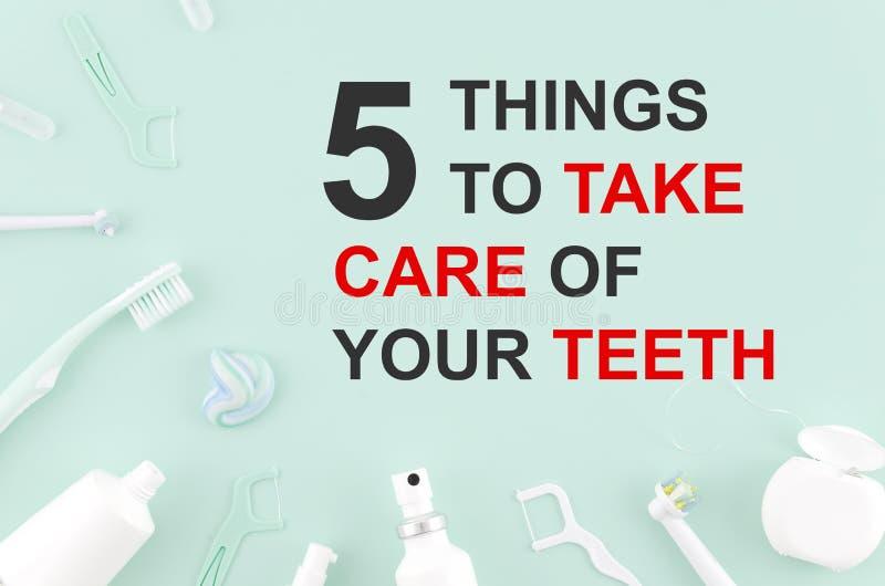 Ferramentas para cuidados dentários: escova ortodôntica, floss, dentífrico Coisas da opinião superior 5 da configuração do plano  imagem de stock