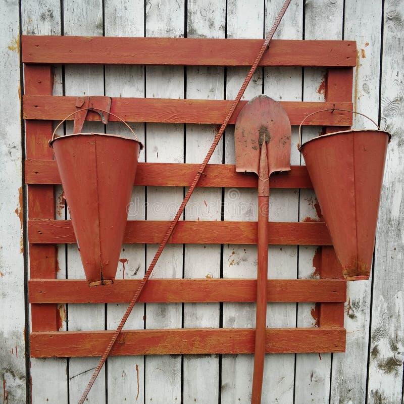 Ferramentas para extinguir um fogo em uma parede de madeira Equipamento do fogo foto de stock royalty free
