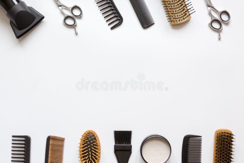 Ferramentas para o cabelo que denomina na opinião superior do fundo branco fotos de stock