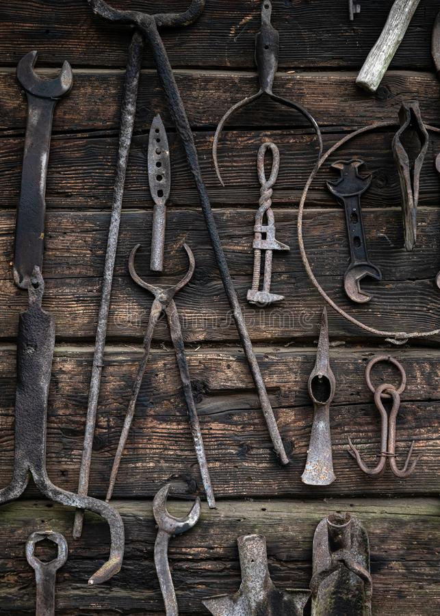 Ferramentas rurais rústicas usadas por antepassados na vila na agricultura, carpintaria, por ferreiros Ferramentas antigas do tra fotografia de stock