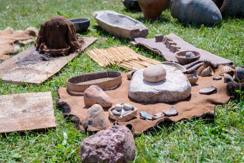 Ferramentas rurais usadas na parte traseira da agricultura em um dia, indicado no imagens de stock