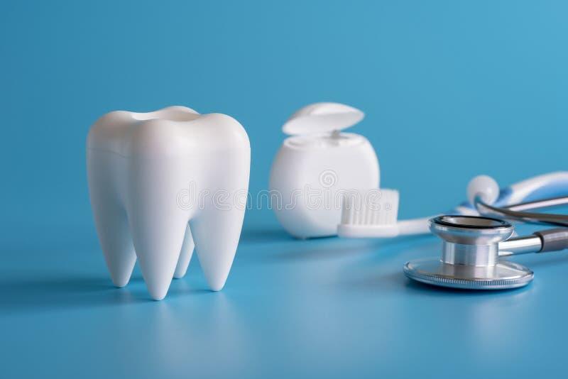 ferramentas saudáveis do equipamento dental para os cuidados dentários De profissional fotografia de stock royalty free