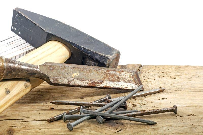 Ferramentas velhas do carpinteiro no fundo branco de madeira rústico foto de stock royalty free