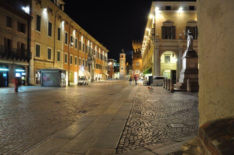 Ferrara, Emilia Romagna, Italië Voet 's nachts straat stock foto