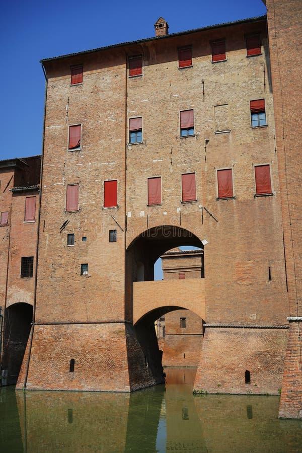 Ferrara en sikt av slotten för stads` s royaltyfri foto