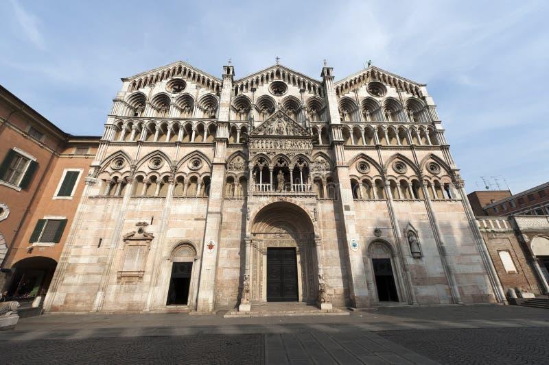 Ferrara (Italië) - de kathedraalvoorzijde royalty-vrije stock fotografie