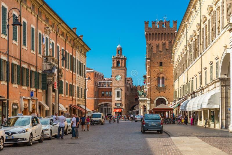 Ferrara, Italia: Calle central de Ferrara Los taxis y los conductores les acercan foto de archivo