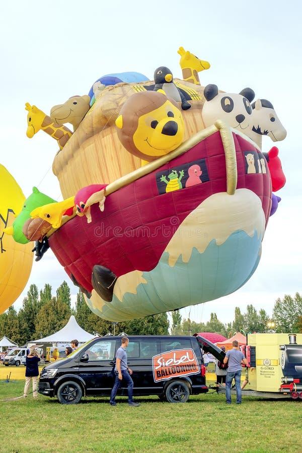 Ferrara, Italia 16 settembre 2016 - mongolfiera gigante in fotografie stock