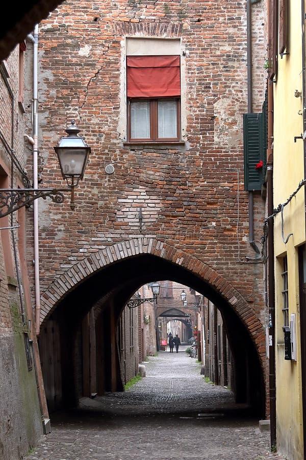 Ferrara, Italien: die malerische gewölbte Gasse über delle Volte lizenzfreies stockfoto