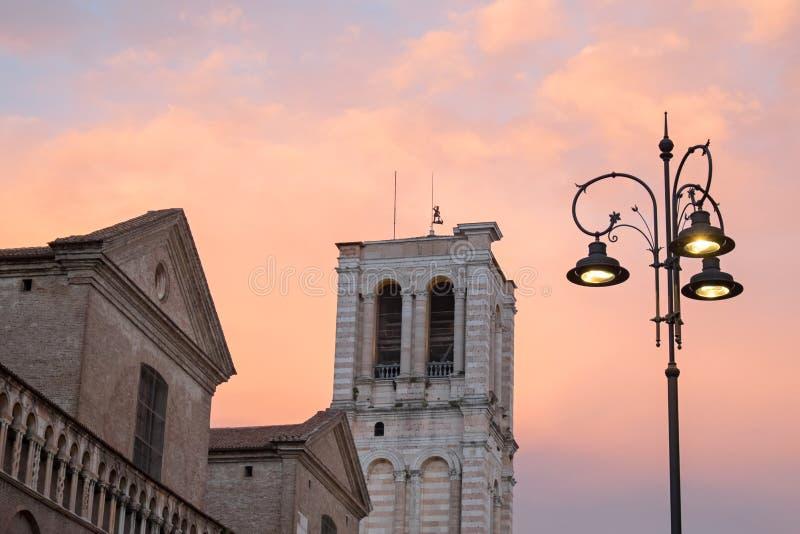 Ferrara, torre de sino da catedral de St George o mártir fotos de stock royalty free