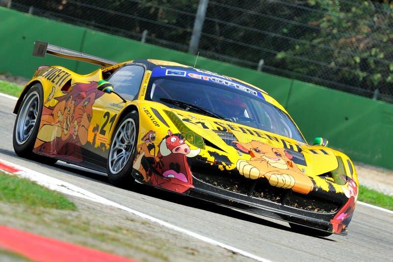 Ferrari 458 GT Italia i Monza racespår royaltyfri foto