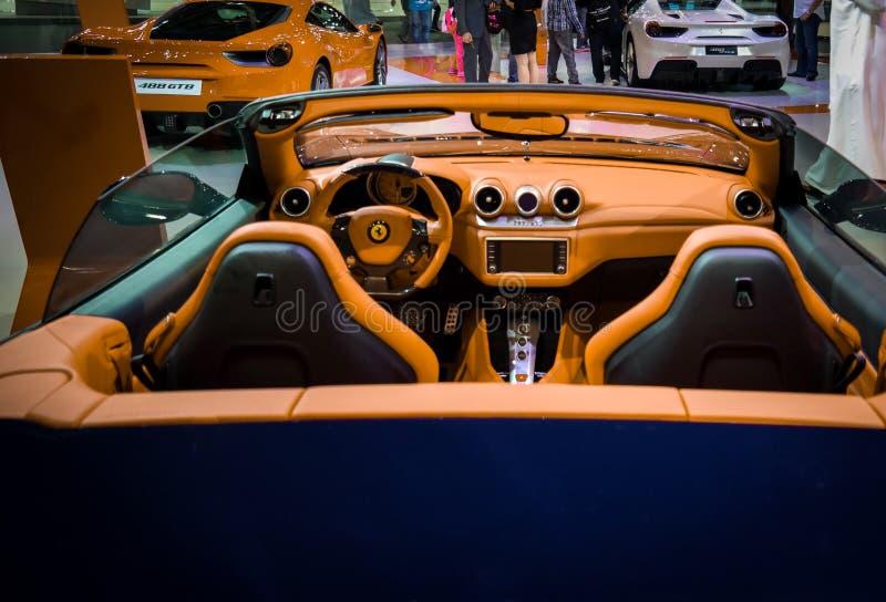 Ferrari bil- härlig orange Ferrari för episka konvertibla lyxiga sportar inre royaltyfria bilder