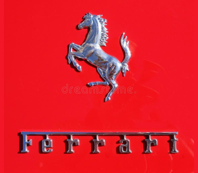 Ferrari chromu ` Cavalino ` i literowanie odznaka obrazy royalty free