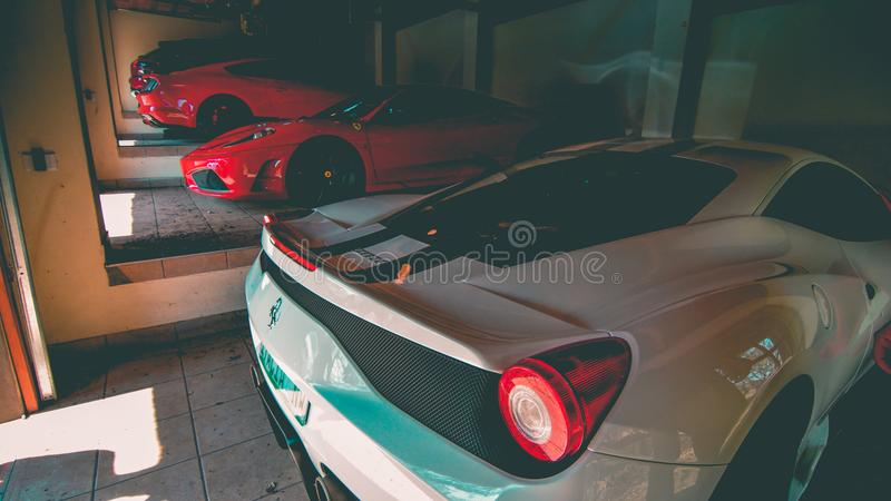 Ferrari garage royaltyfri bild