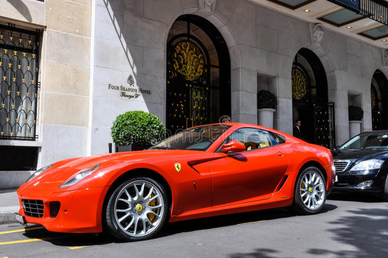 Ferrari 599 GTB Fiorano en el hotel de George V en París imagenes de archivo