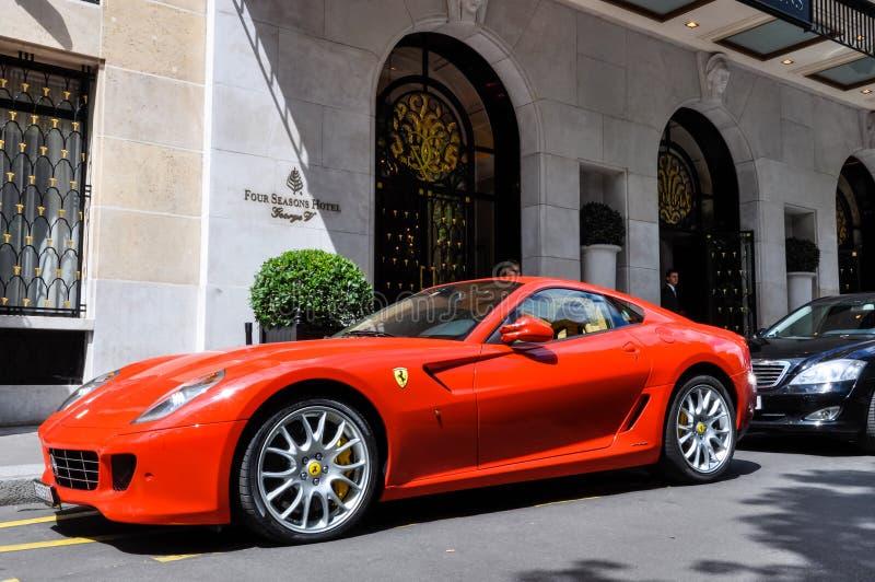 Ferrari 599 GTB Fiorano przy George V hotelem w Paryż obrazy stock