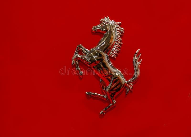 Ferrari hästemblem på en röd bakgrund royaltyfri foto