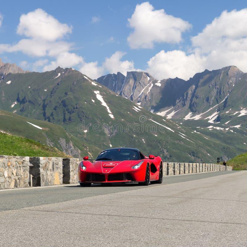 Ferrari 488 no trânsito no San de flautim Bernardo Pass durante o evento 2018 da cavalgada, Valle D 'Aosta, Itália fotos de stock