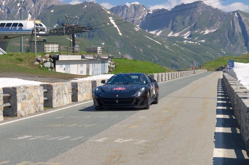 Ferrari preto participa no evento 2018 da CAVALGADA ao longo das estradas de Itália, de França e de Suíça em torno de MONTE BIANC imagens de stock royalty free