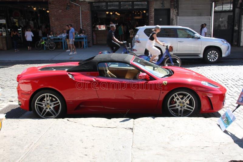 Ferrari sportbil som parkeras på den New York City gatan royaltyfria foton
