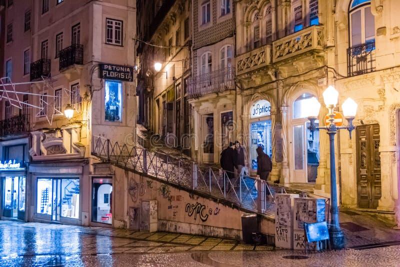 Ferreira Borges gata på natten Coimbra portugal arkivbild