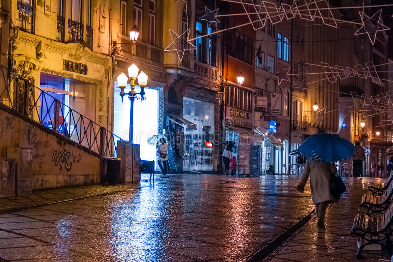 Ferreira Borges gata på natten Coimbra portugal royaltyfri bild