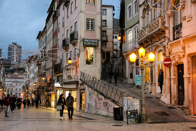 Ferreira Borges gata på natten Coimbra portugal royaltyfria bilder